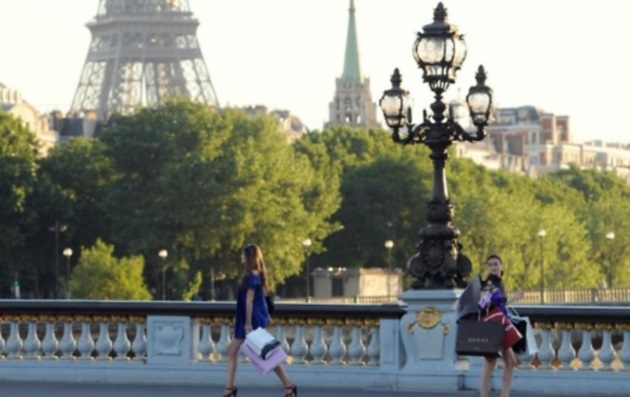plaisirduplaisir paris tour eiffel girls bridge shopping On nest pas là pour parler coiffure
